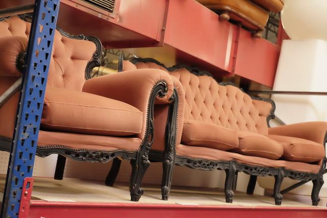 Ensemble fauteuil et canapé rouge style Louis XV