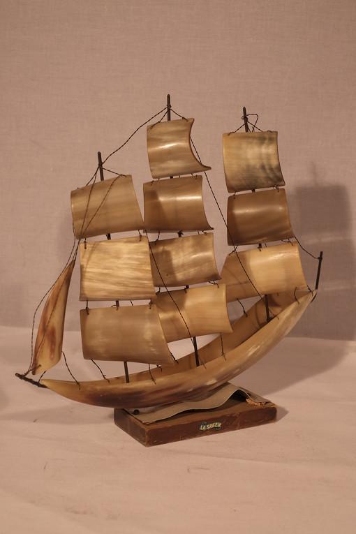Maquette de bateau en nacre